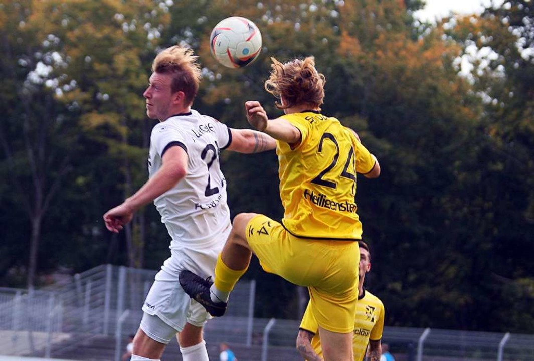 Luftkampf zwischen  dem Villinger Timo...thias Heiligenstein vom SV Oberachern.  | Foto: Dieter Reinhardt