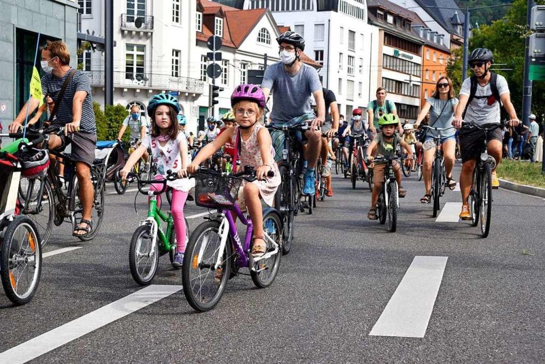 Rund 370 kleine und große Radler demonstrierten am Samstag auf dem Altstadtring.  | Foto: Thomas Kunz