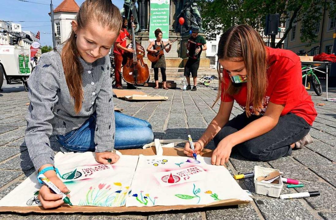 Am Europaplatz bemalten Nina (links) und Lilia Jutetaschen.  | Foto: Thomas Kunz