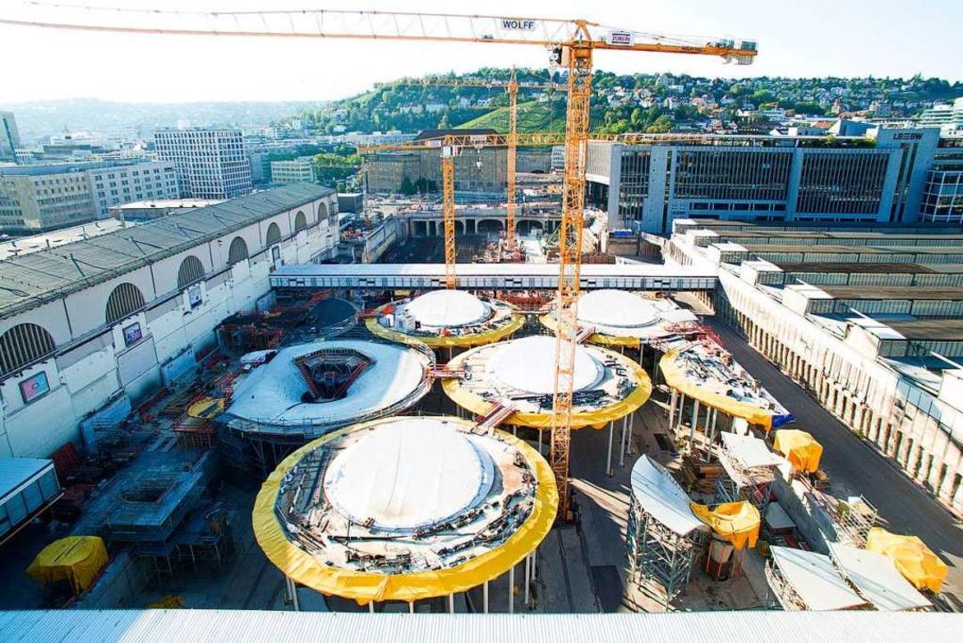 Die Baustelle des zukünftigen Tiefbahnhofs des Bahnprojektes Stuttgart 21.  | Foto: Sebastian Gollnow (dpa)