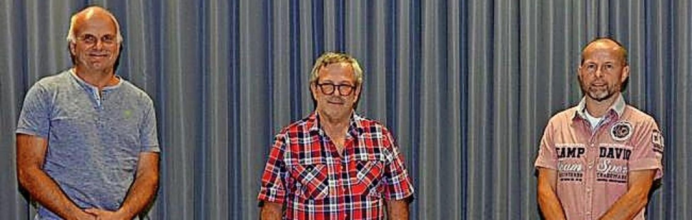 Matthäus Brosamer (Mitte) wurde zum Eh...d Brosamer wurden für 40 Jahre geehrt.  | Foto: Beate Zehnle-Lehmann