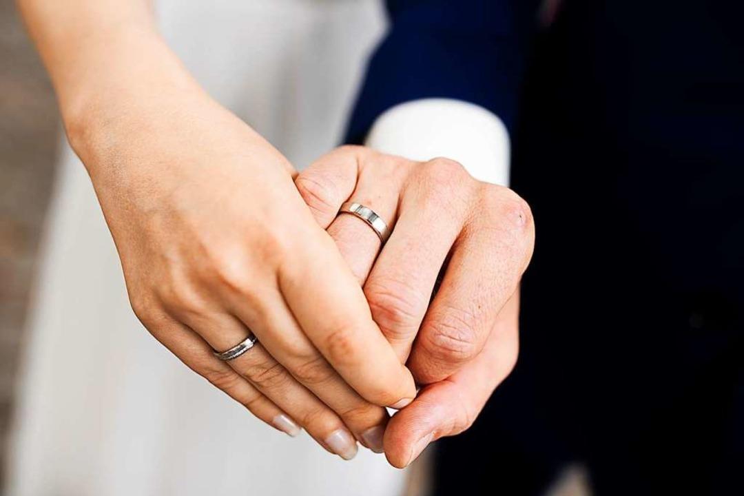 Viele Eheschließungen wurden verschoben.  | Foto: Rolf Vennenbernd (dpa)