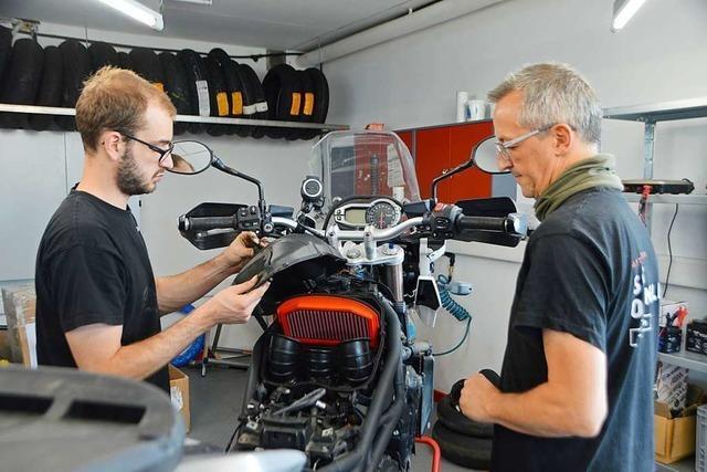 In dieser Werkstatt werden Motorräder auf die Fahrer richtig angepasst