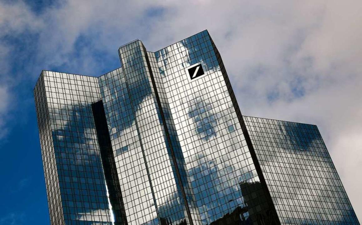 Wolken ziehen über der Zentrale der De...k im Frankfurter Bankenviertel hinweg.  | Foto: Arne Dedert