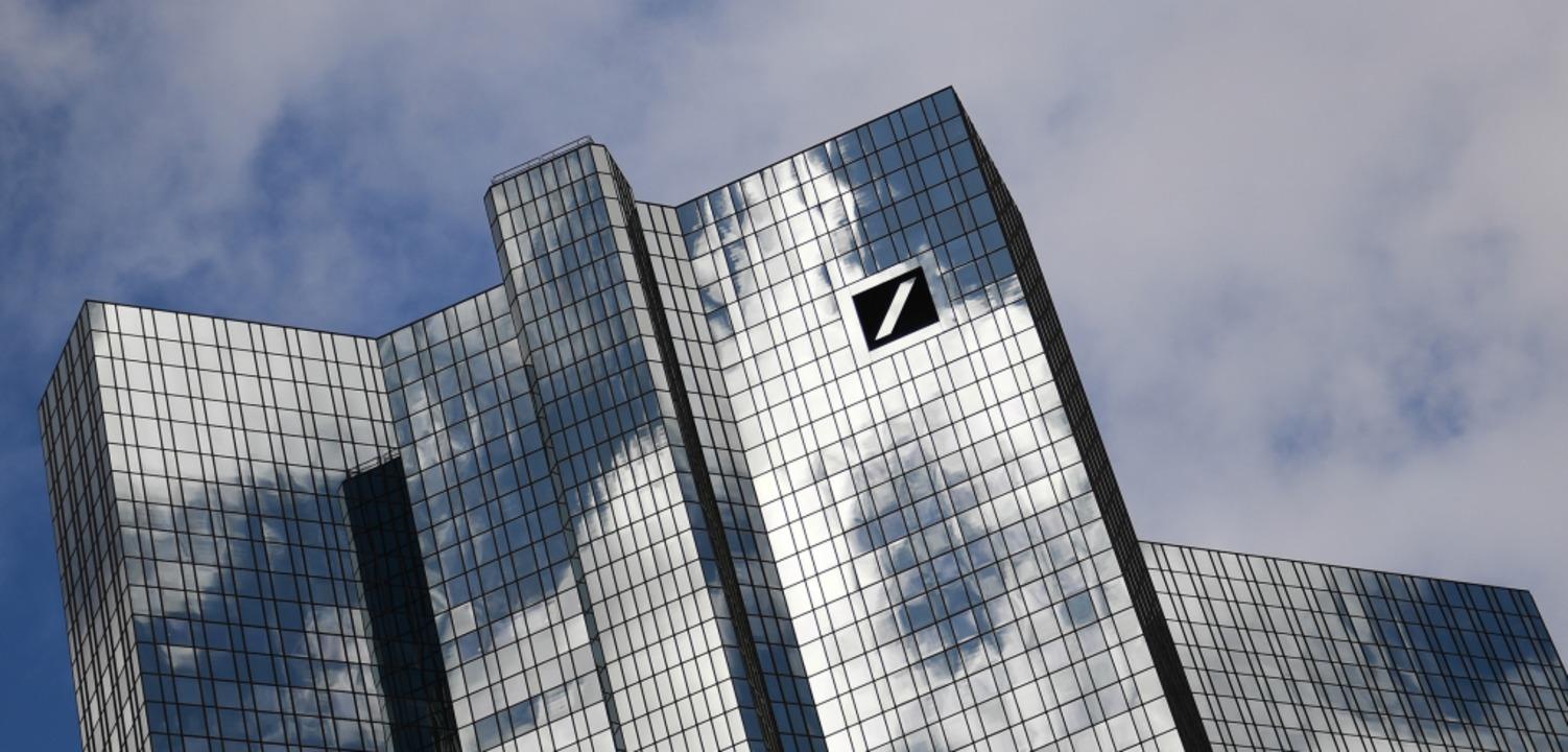 Wolken ziehen über der Zentrale der De...nk im Frankfurter Bankenviertel hinweg  | Foto: Arne Dedert