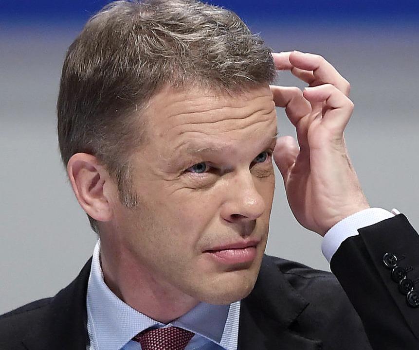 Für den  Vorstandschef der Deutschen B... Sewing, sind die Enthüllungen heikel.  | Foto: Arne Dedert