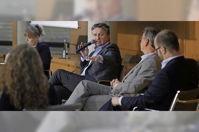 Minister Manfred Lucha im Landratsamt: Wer Klinikreform will, muss dicke Bretter bohren