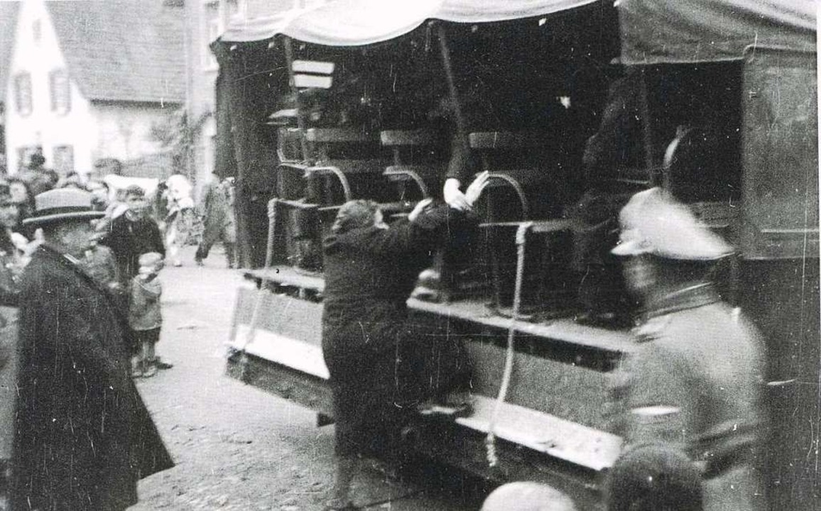 Am 22. Oktober 1940 werden die jüdisch...Fahrradgepäckträger in Kippenheim auf.  | Foto: Repros  Norbert Klein