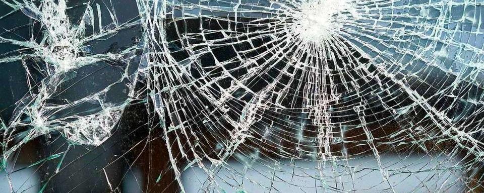 Unbekannte beschädigen Glastüren des Jobcenters Freiburg – und Pkws