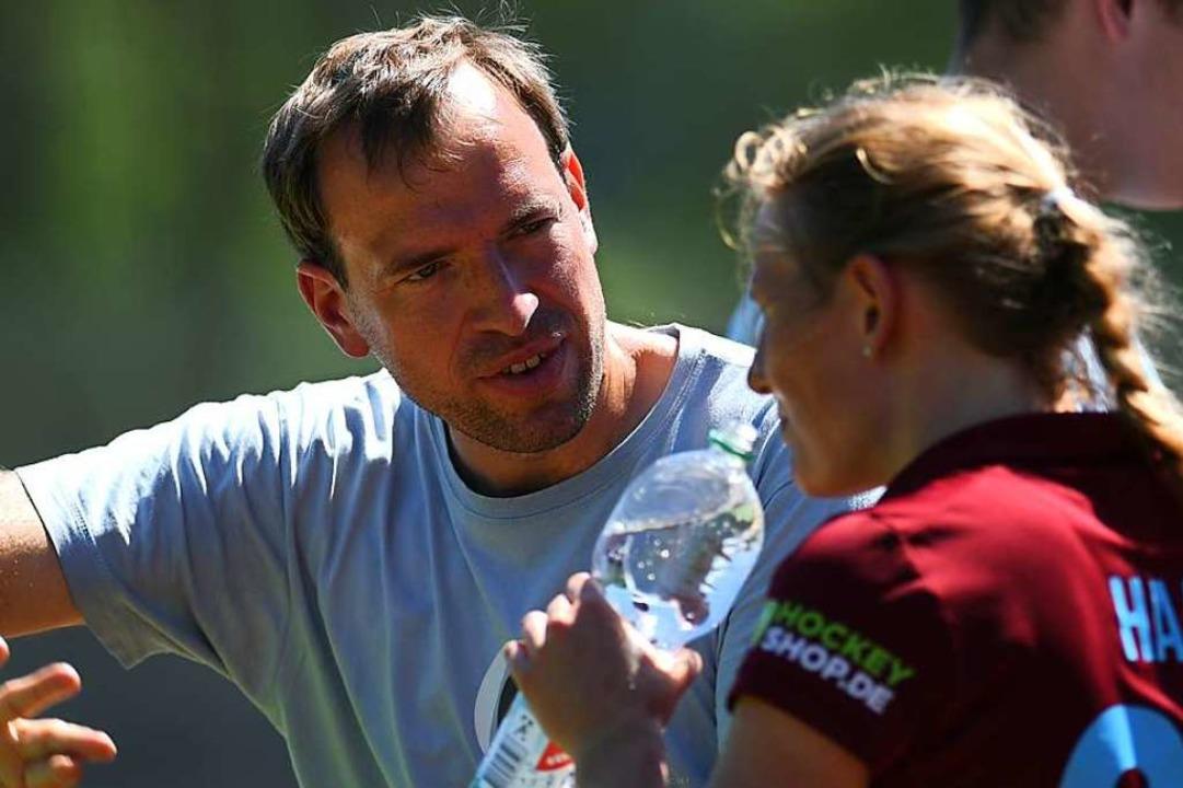 FT-Trainer Patrick Schütze erklärt seiner Spielerin Ada Haas die Strategie.  | Foto: Patrick Seeger