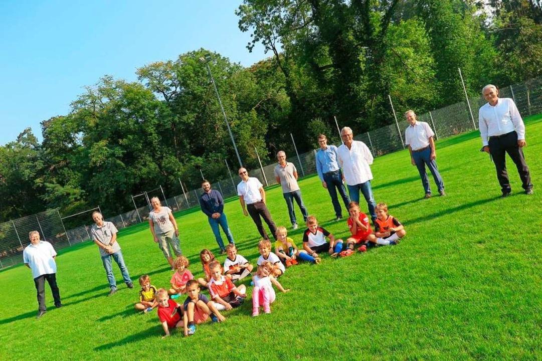 Die Projektgruppe des SV Weilertal mit...nd Ortsvorsteher sowie den SV-Bambini.  | Foto: Beatrice Ehrlich