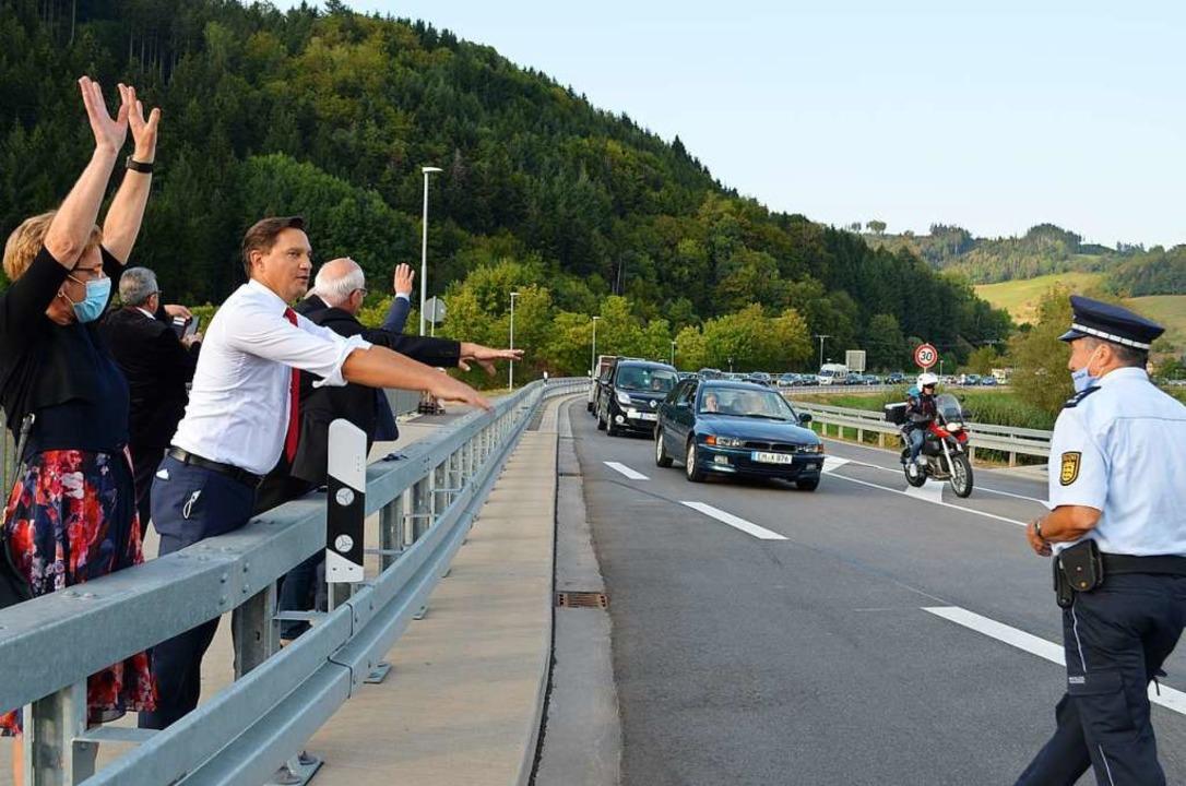"""Nach der Freigabe : Mit einer """"L...te über die neue Ortsumfahrung fuhren.    Foto: Nikolaus Bayer"""