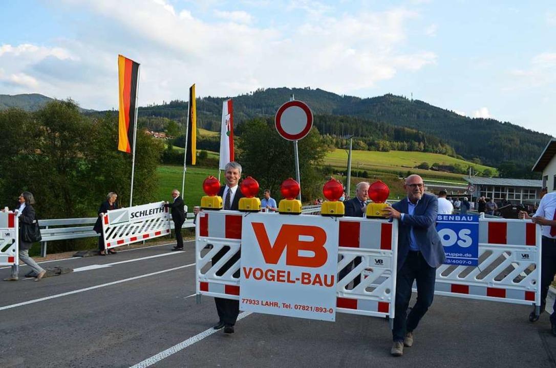 Ein Band wurde bei der Freigabe nicht ...von Staatssekretär und Landesminister.    Foto: Nikolaus Bayer