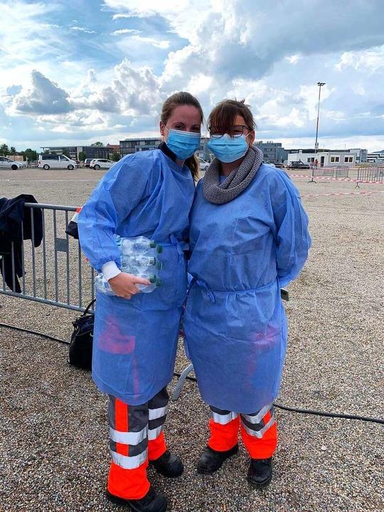 Eingepackt: Katharina Walz (links) mit...n am Testzentrum der Freiburger Messe.  | Foto: Eva Korinth