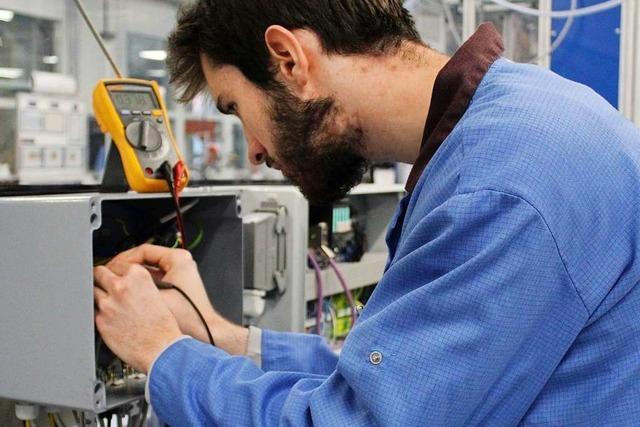 Ein Elektroniker benötigt handwerkliches Geschick