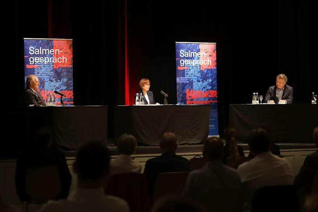 Ursula Nusser (Mitte) moderierte das S...it Wolfgang Schäuble und Ingo Schulze.  | Foto: Christoph Breithaupt