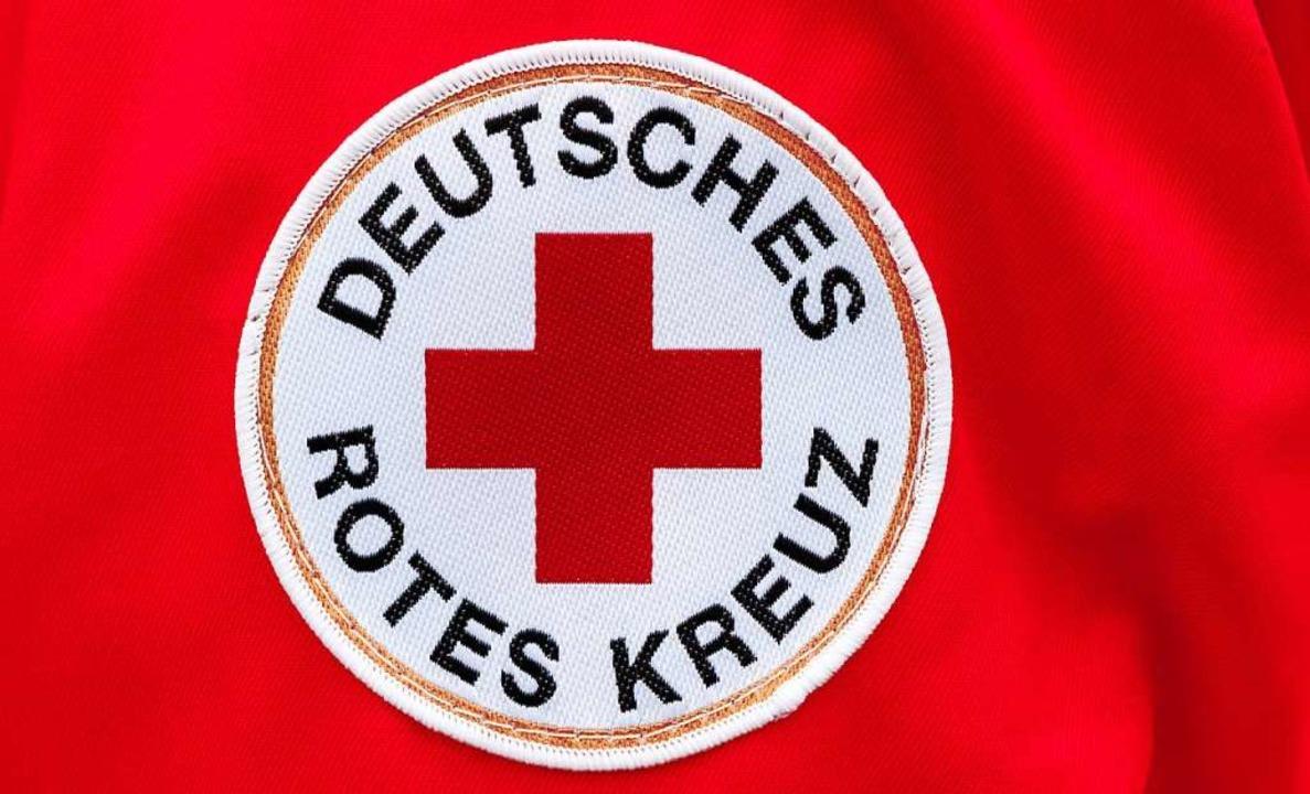Ersthelfer vom Deutschen Roten Kreuz b...verletzte Fahrerin nach ihrem Unfall.   | Foto: Markus Scholz (dpa)