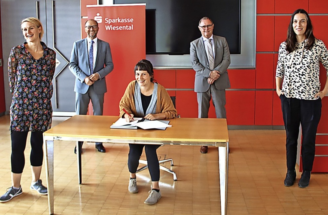 Per Unterschrift wird der  Sponsorenve...othar Müller, Anna Kaufmann besiegelt.  | Foto: Monika Weber