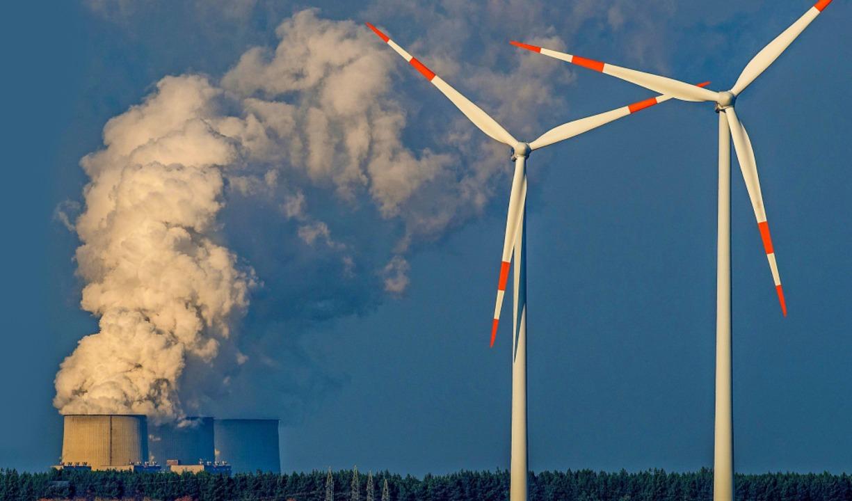 Windräder stehen vor den dampfenden Kü...fall AG in Jänschwalde in Brandenburg.  | Foto: Patrick Pleul