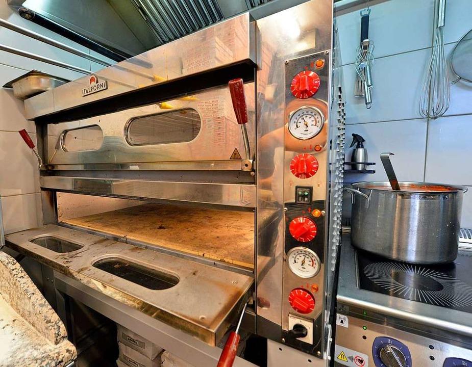 Rund 5000 Euro haben die Gastronomen in den Pizzaofen investiert.  | Foto: Michael Bamberger