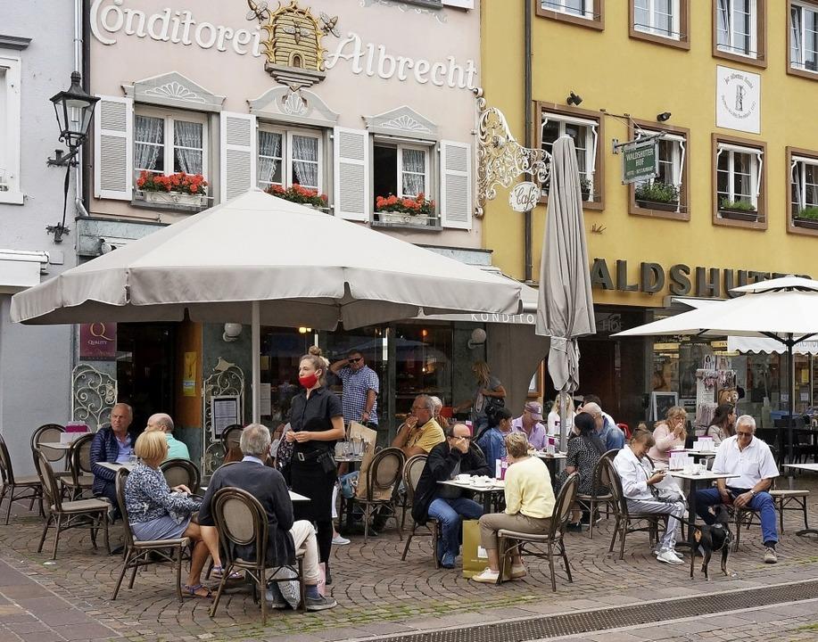 Wenn es kalt wird, sitzen bald nicht m...raußen an der Waldshuter Kaiserstraße.  | Foto: Ursula Freudig