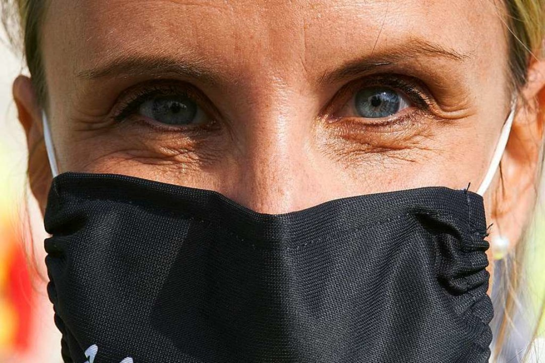 Frau mit Maske (Symbolbild)  | Foto: Thomas Frey (dpa)