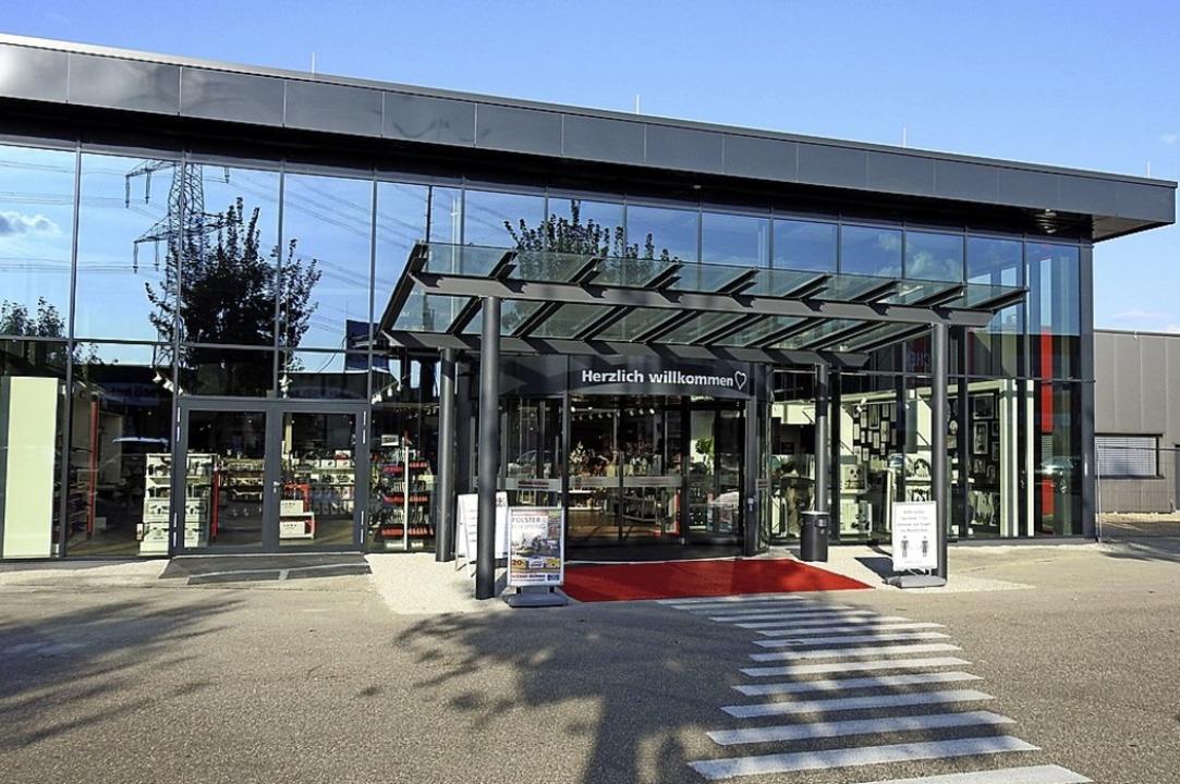 Vor dem umgebauten Eingangsbereich der...unterschiedliche Firmen präsentieren.   | Foto: Claudia Kleinhans