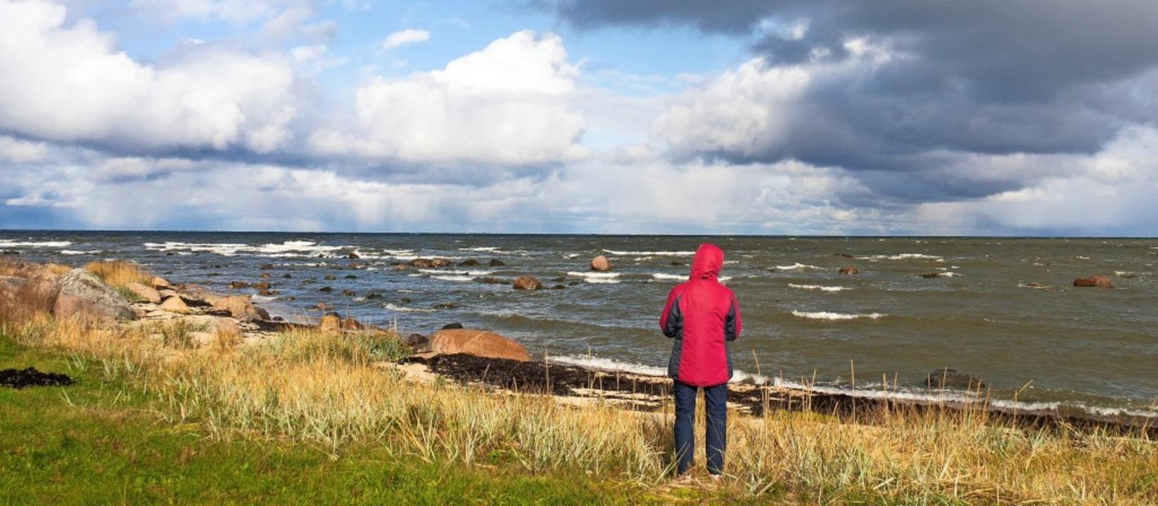 Blick aufs raue Meer: Die Nordküste vo...m Tahkuna ist wild und der Wind bläst.  | Foto: Andreas Drouve