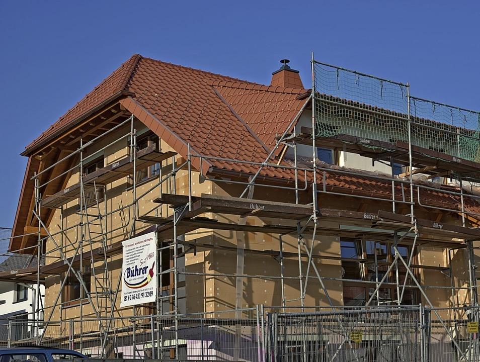 Die Bauherren haben eine Vorliebe für ... das ist hier am Dach gut zu erkennen.  | Foto: Benedikt Sommer