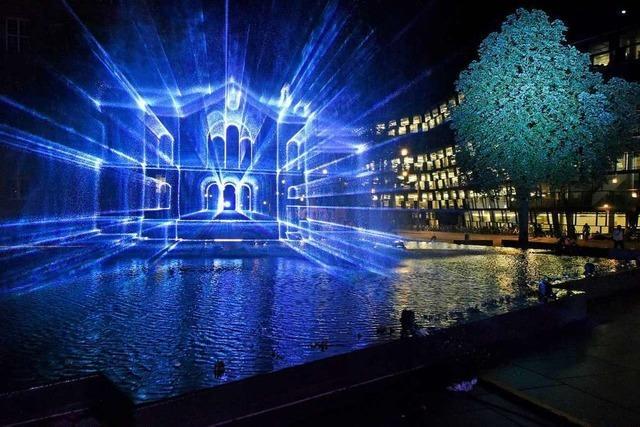 Lasershow zeichnet Freiburgs Alte Synagoge in die Nacht