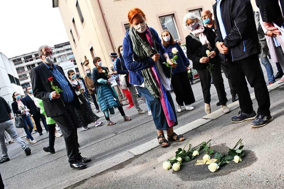 Markus Hofmann (links), der die Stolpe...Erinnerung an die Familie Denz nieder.    Foto: Barbara Ruda