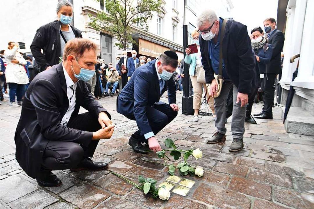 OB Jörg Lutz, Rabbiner Moshe Flomenman...at, legen Blumen an die Stolpersteine.    Foto: Barbara Ruda