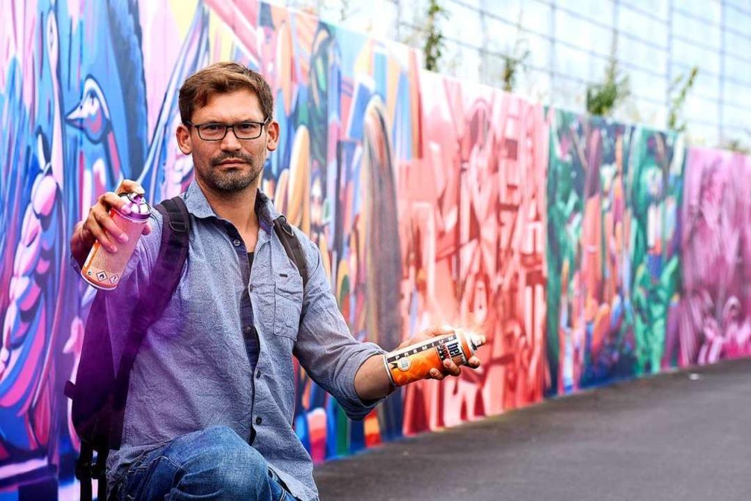 Zwischen 300 und 400 Spraydosen verbraucht: Tom Brane vor seinem Kunstwerk.  | Foto: Thomas Kunz