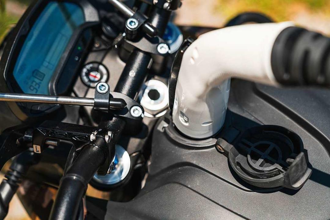 Ein E-Motorrad wird aufgeladen.  | Foto: Samuel Heß/Jan Reiff/Markus Meier for Zero Motorcycles B.V.