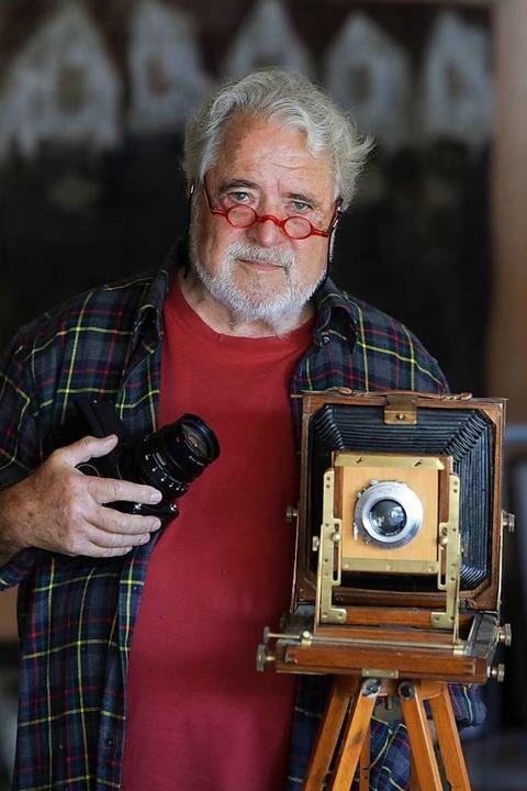 Rolf Dieterle zeigt zwei seiner Kameras.  | Foto: Christoph Breithaupt