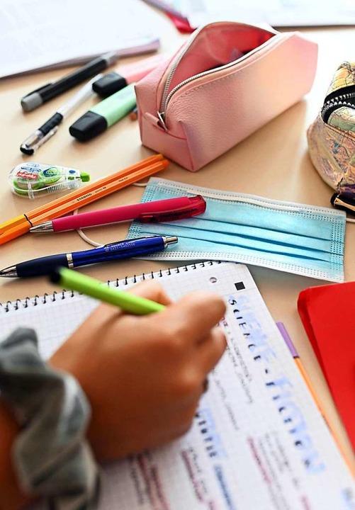 Stets  griffbereit auch in der Schule: die Maske.    Foto: Uli Deck (dpa)