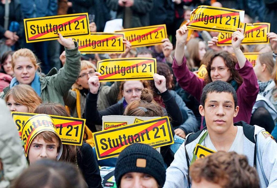 Sitzblockade im Schlossgarten gegen das Fällen von Bäumen.  | Foto: Uwe Anspach