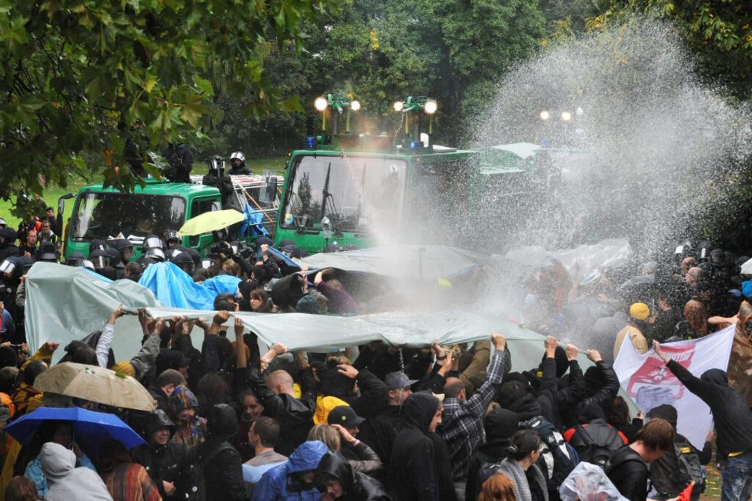 Die Polizei setzte im Herbst 2010 Wasserwerfer gegen Demonstranten ein.  | Foto: Marijan Murat