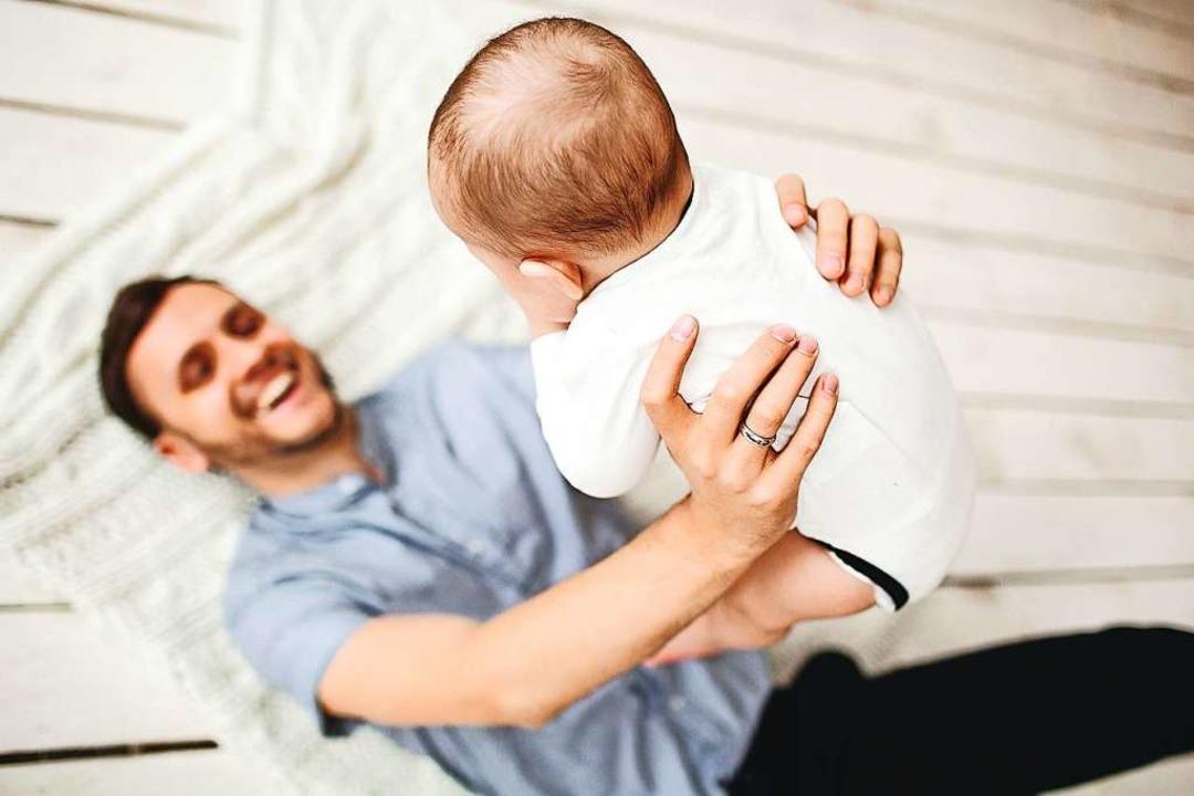 Väter bekommen bezahlte Zeit für ihren Nachwuchs.  | Foto: katie_martynova  (stock.adobe.com)