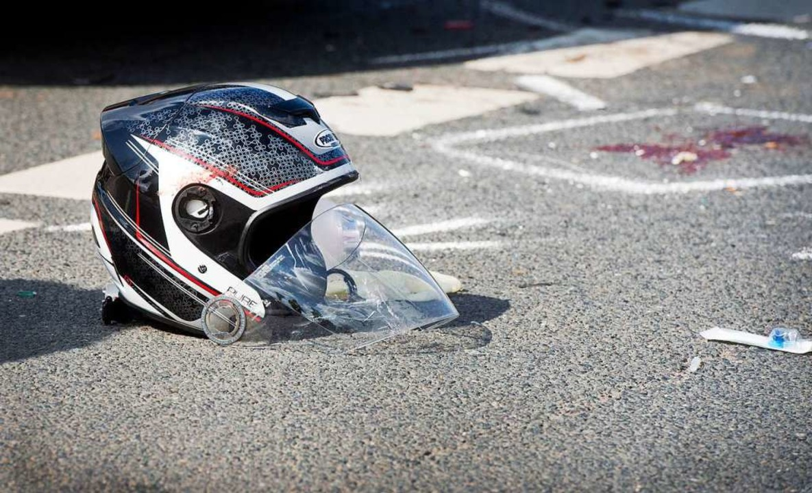 Ein schwer beschädigter Helm nach einem Unfall (Symbolbild)    Foto: Julian Stratenschulte (dpa)