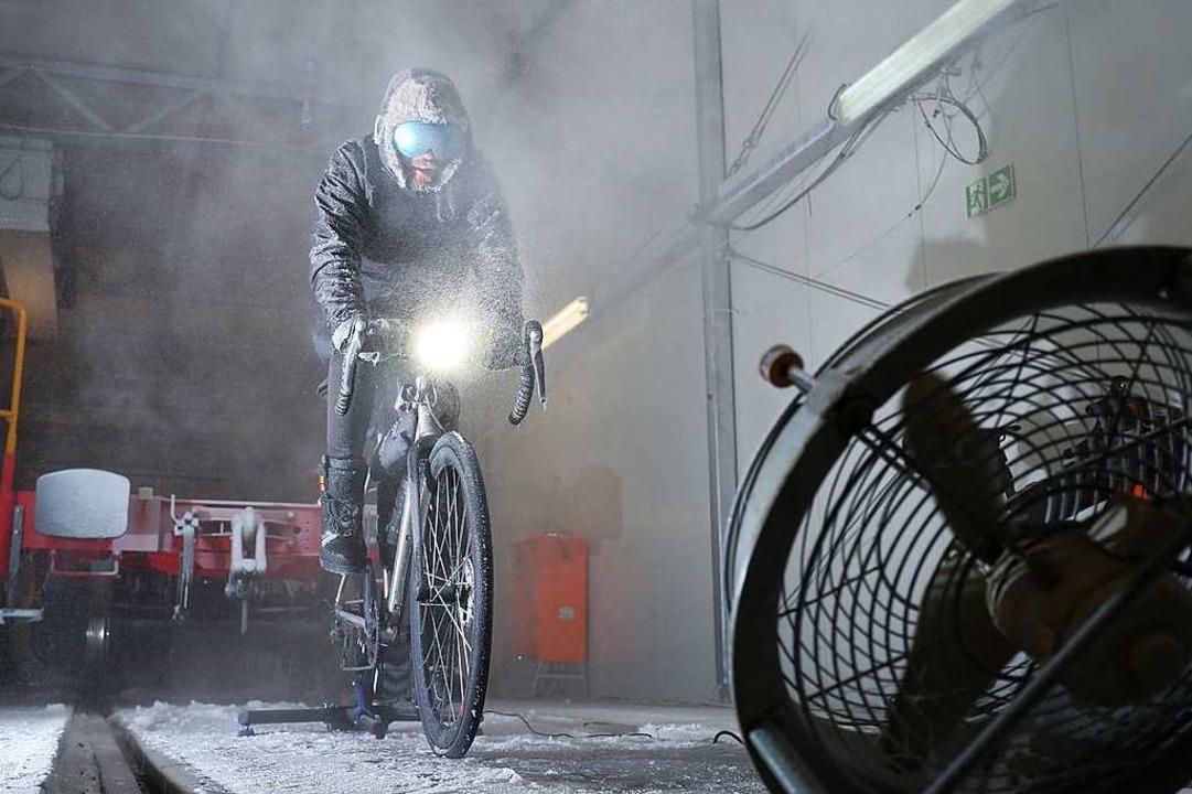 In einer Klimakammer der Deutschen Bah...ahrrad unter  sibirischen Bedingungen.  | Foto: Friso Gentsch (dpa)