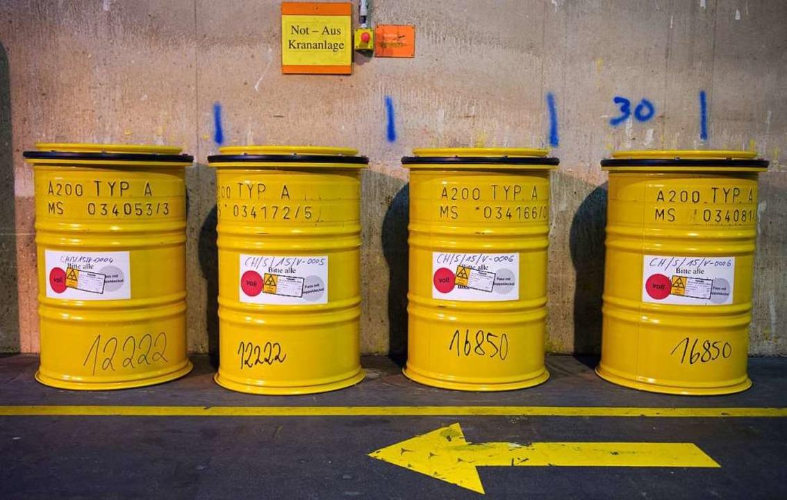 Strahlend gelbe Fässer: Radioaktiver A...r Wiederaufarbeitungsanlage Karlsruhe.  | Foto: Wolfram Kastl (dpa)
