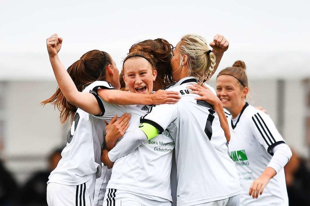 Jana Werz (Mitte) jubelt nach einem de...mer Treffer mit ihren Teamkolleginnen.  | Foto: Achim Keller