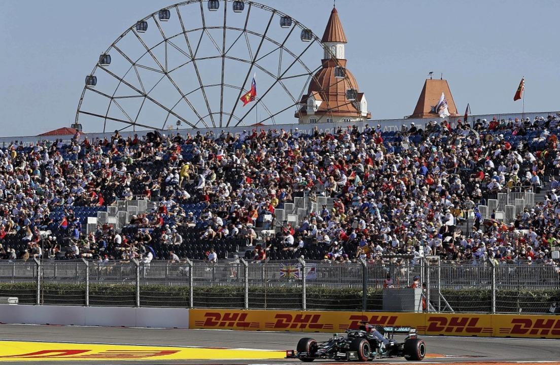 Silberpfeil-Pilot Lewis Hamilton verpa...ng von Michael Schumachers Siegrekord.    Foto: YURI KOCHETKOV (AFP)