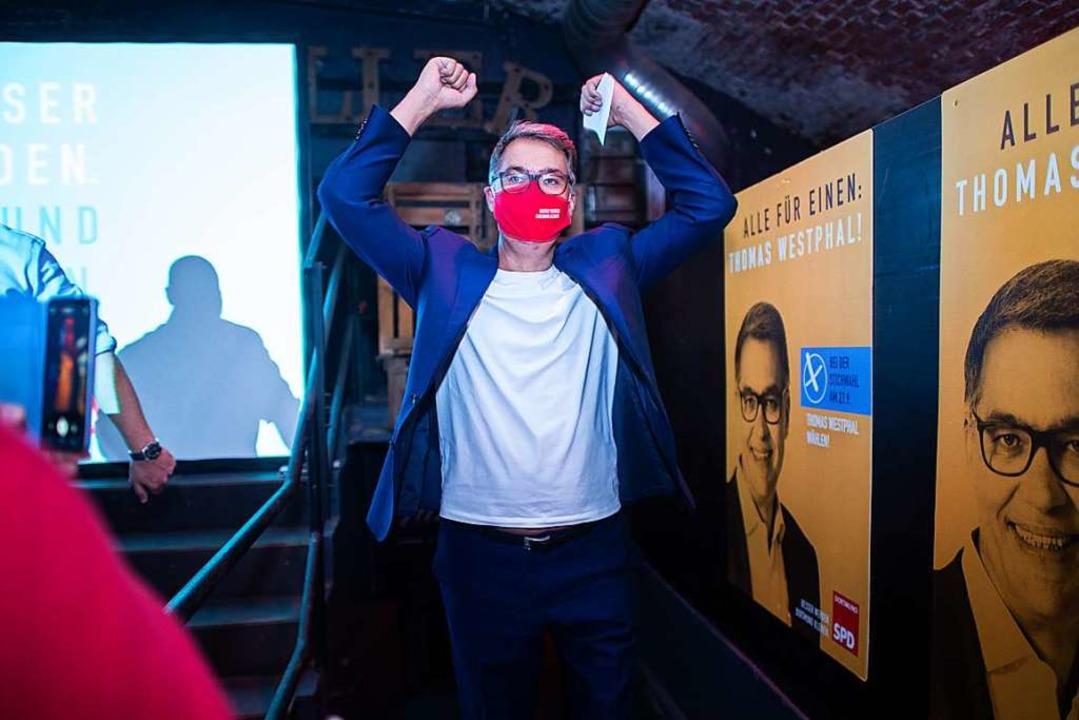 Dortmund: Thomas Westphal (SPD), frisc...on Dortmund, jubelt auf der Wahlparty.  | Foto: Jonas Güttler (dpa)