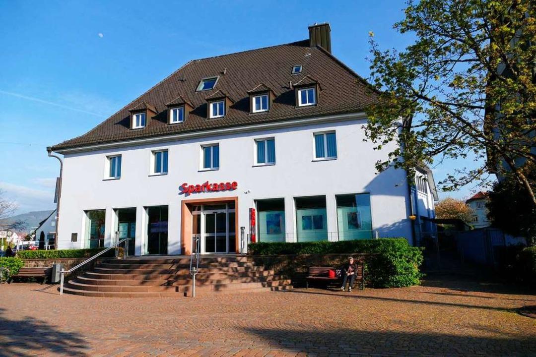Die Hauptstelle der Sparkasse Hochschw...de  eine Direktbank angegliedert wird.  | Foto: Markus Donner