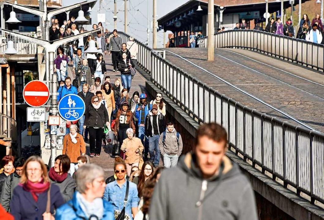 Beim ÖPNV-Streik im Jahr 2016 war die Stadtbahnbrücke überfüllt.  | Foto: Michael Bamberger
