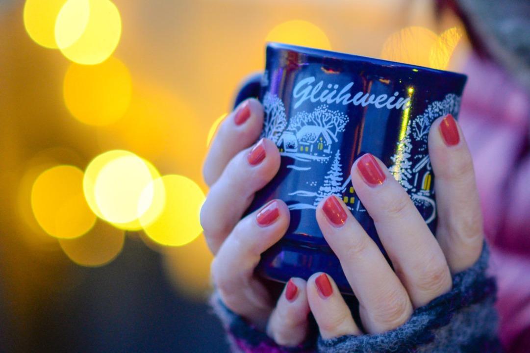 Glühwein mit Alkohol soll es in diesem... dem Freiburger Weihnachtsmarkt geben.    Foto: Jens Kalaene (dpa)