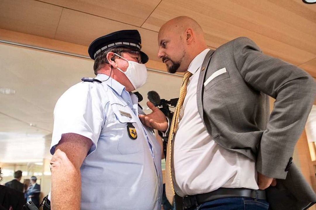 Ende Juni wurde Räpple von einer Sitzu...on der Polizei nach draußen begleitet.    Foto: Marijan Murat (dpa)