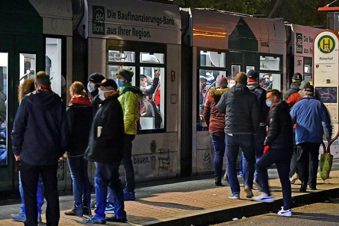 Fünf locker gefüllte Straßenbahnen rei... der Haltestelle Römerhof wegzubringen  | Foto: Michael Bamberger